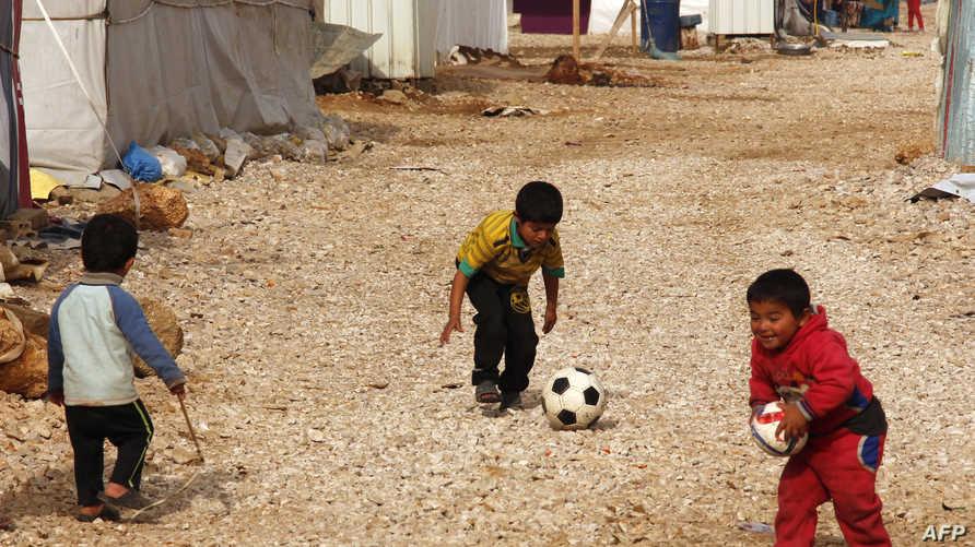 أطفال يلعبون في مخيم للاجئين السوريين في البقاع- أرشيف