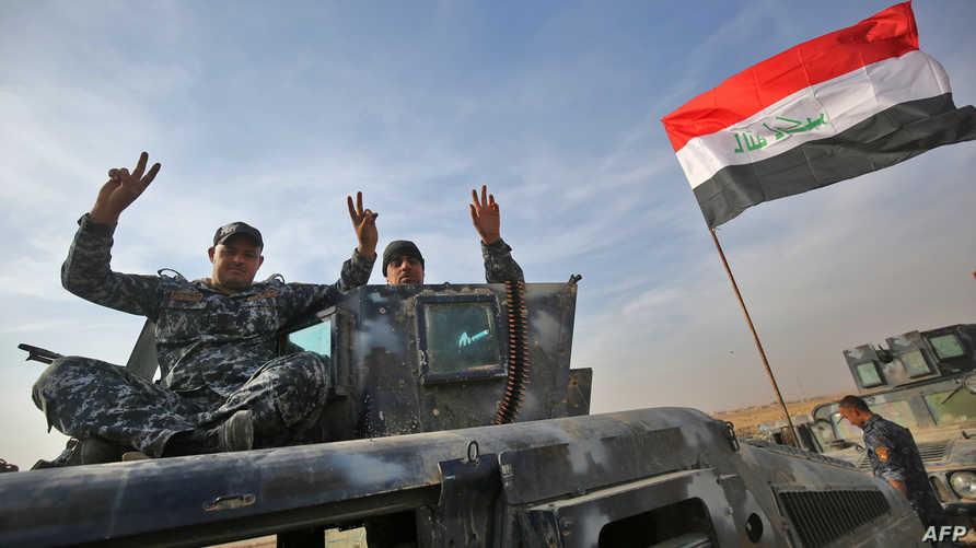 القوات العراقية ترفع علامة النصر قرب قرية جنوبي الموصل الأربعاء