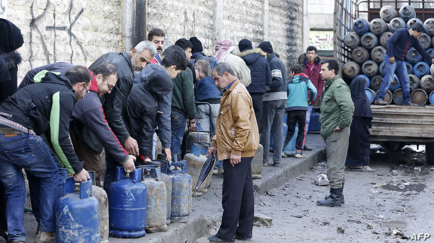 صف طويل من السوريين في انتظار الحصول على قارورات غاز للاستخدام المنزلي