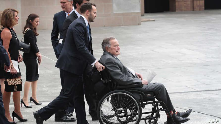 جورج بوش الأب بعد الانتهاء من مراسم جنازة زوجته-تكساس