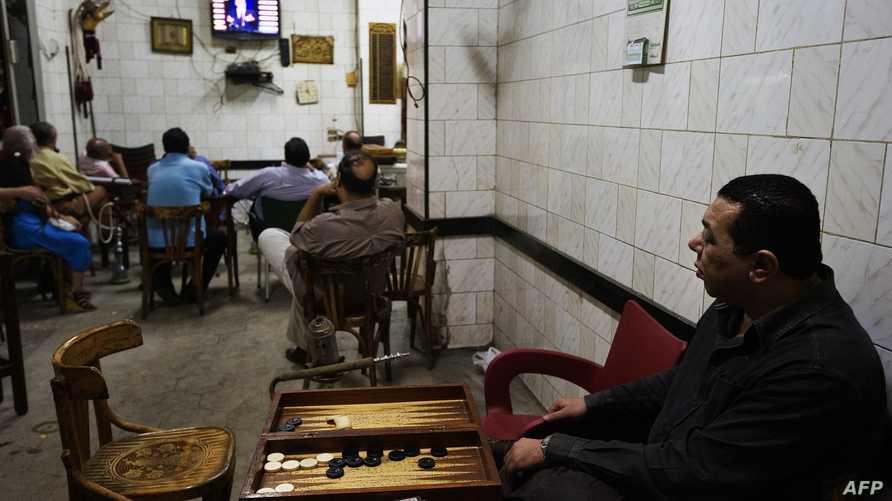 مواطنون مصريون يشاهدون التلفزيون في مقهى بالقاهرة - أرشيف