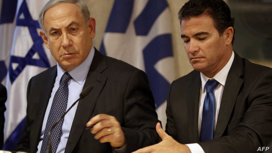 يوسي كوهين الرئيس الجديد لجهاز الموساد يجلس إلى جانب رئيس الوزراء بنيامين نتانياهو- أرشيف