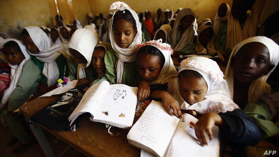 فتيات سودانيات في مدرستهن في مخيم الرياض للنازحين في ولاية غرب دارفور (أرشيف)