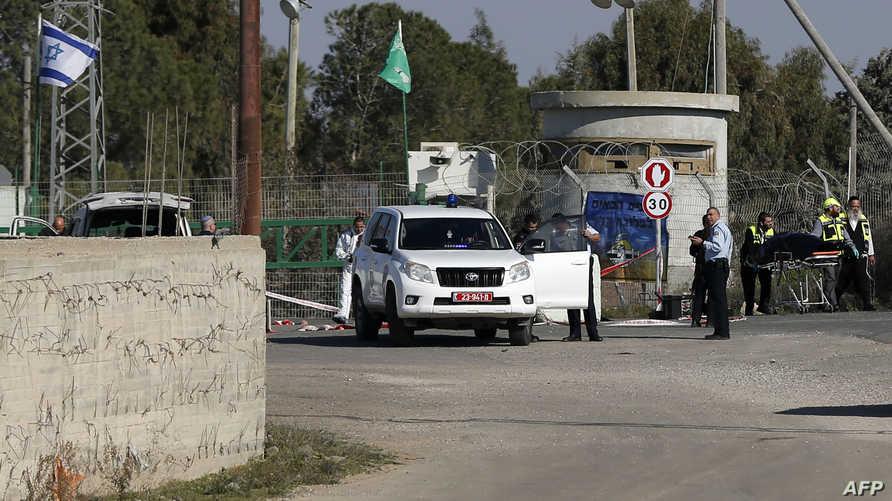 عناصر الأمن الإسرائيليين في الموقع الذي حاول فيه فلسطيني دهس جندي بسيارته