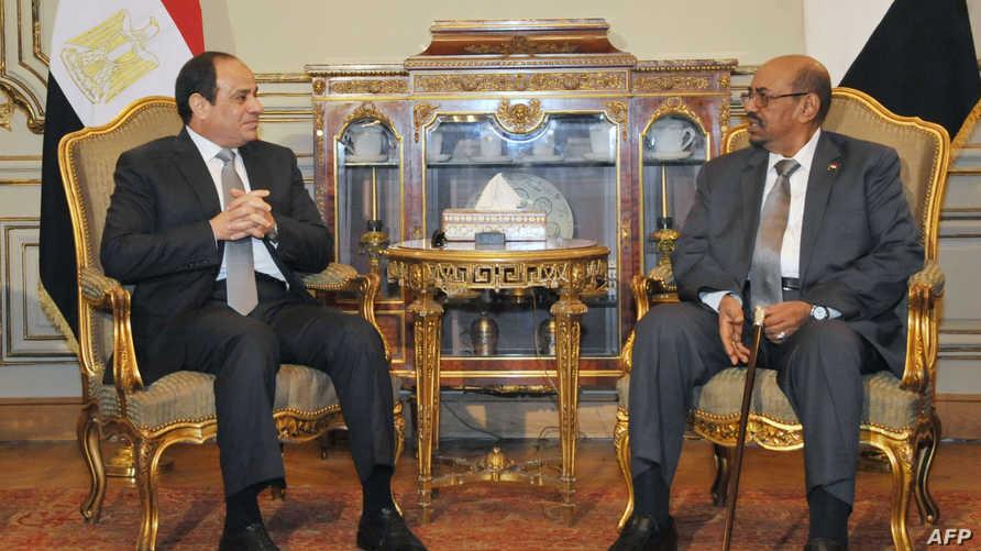 الرئيسان المصري عبد الفتاح السيسي (يسار) والسوداني عمر البشير- أرشيف
