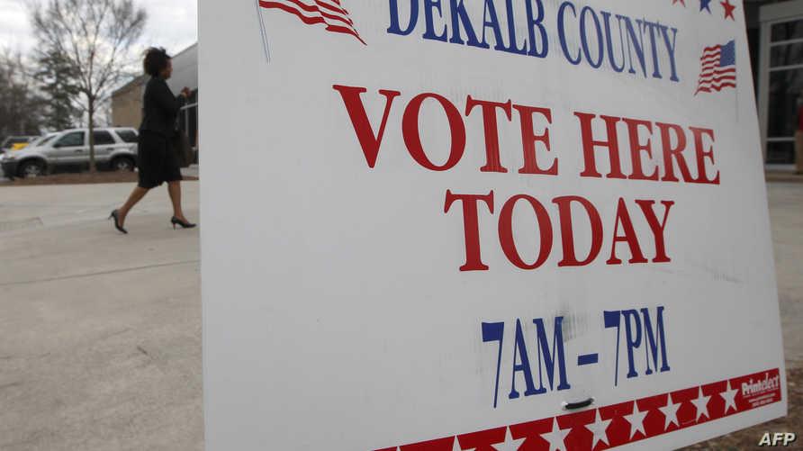 لافتة توضح للناخبين مكان الإدلاء بأصواتهم في انتخابات الثلاثاء الكبير