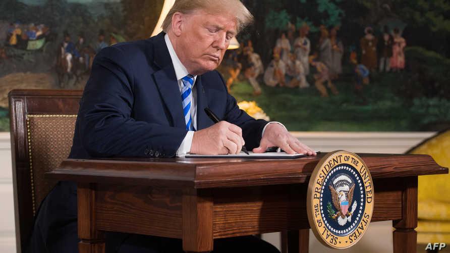 ترامب يوقع على قرار إعادة العمل في العقوبات على إيران