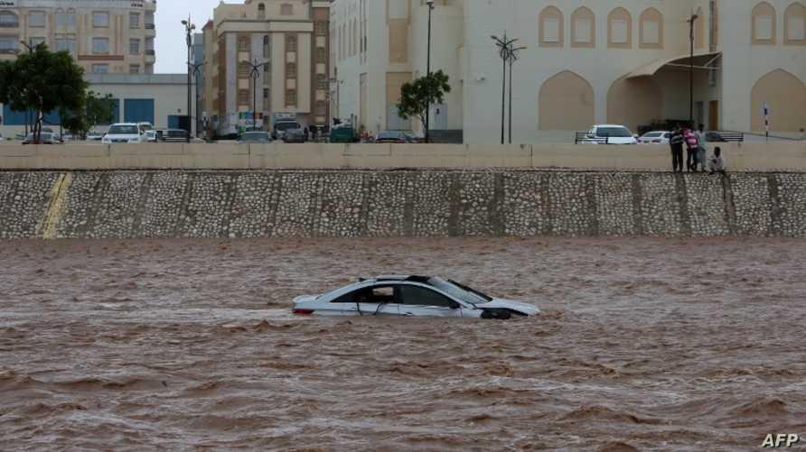 سيارة عالقة في مياه الفيضانات الناجمة عن ميكونو - عـُمان