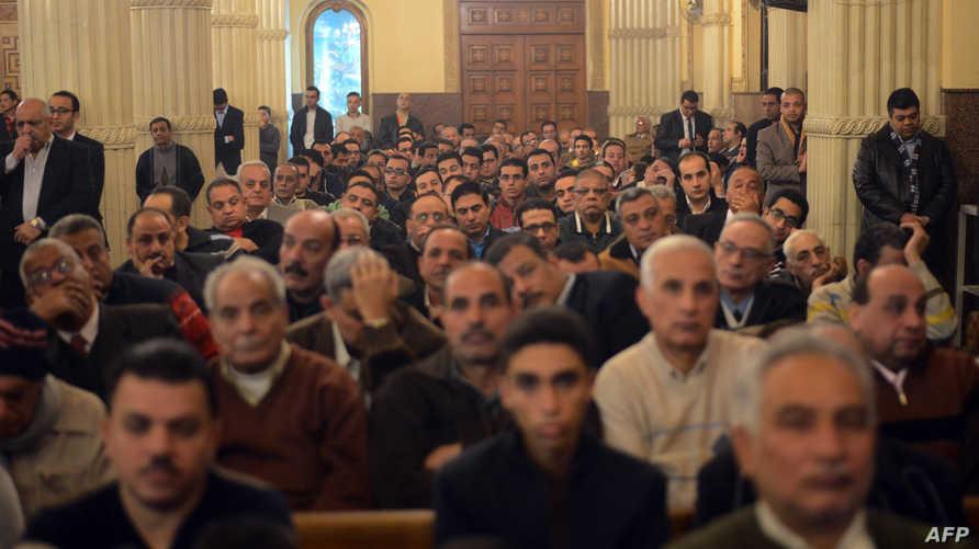 أقباط يحتفلون بأعياد الميلاد في إحدى كنائس العاصمة المصرية القاهرة-أرشيف