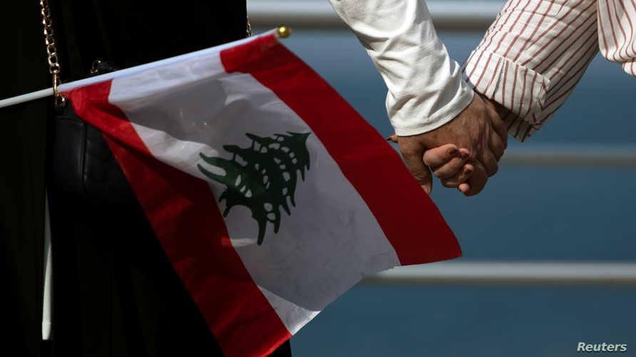 متظاهرون في لبنان يصنعون سلسلة بشرية بتاريخ 27 أكتوبر 2019