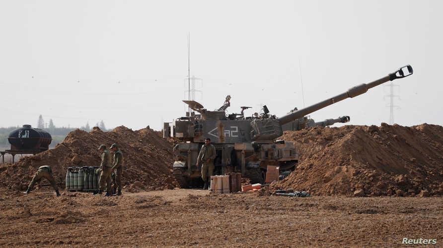 جنود إسرائيليون بالقرب من مركبة عسكرية قرب الحدود مع غزة - 13 نوفمبر 2019