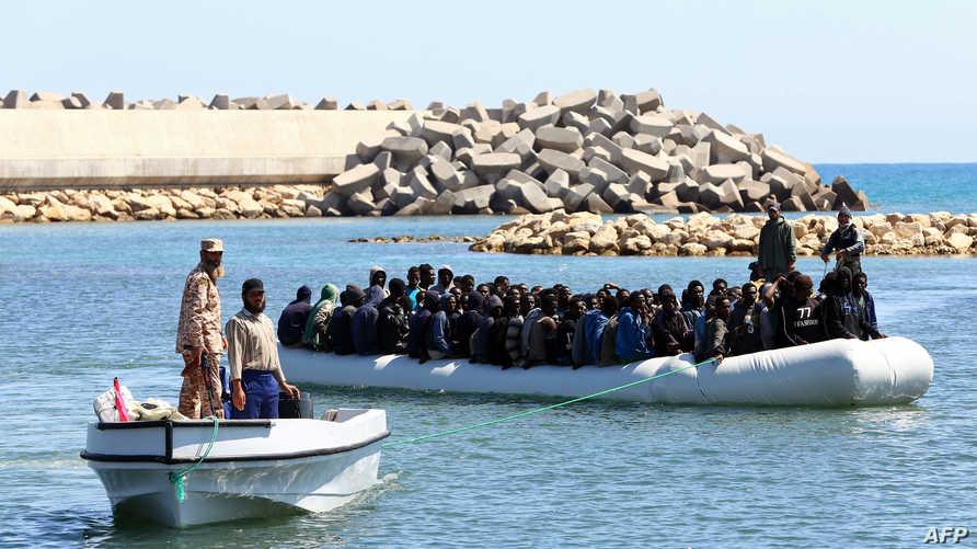 مهاجرون غير شرعيون أفارقة بعد أن أنقذتهم قوات حرس السواحل الليبية- أرشيف