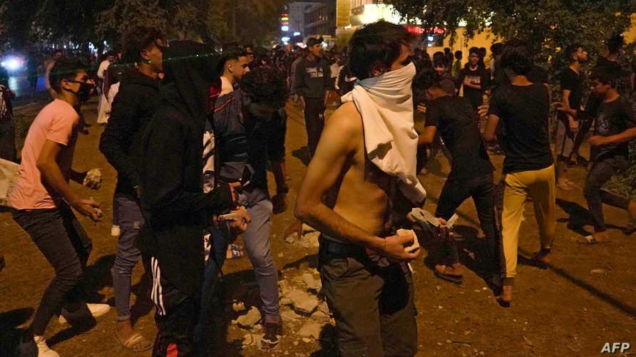 متظاهرون غاضبون يشعلون النار بسور يحيط بالقنصلية الإيرانية في كربلاء