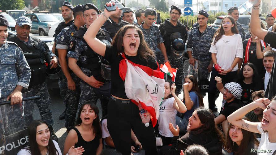 طالبة جامعية في بيروت أثناء تظاهرة ضد النظام