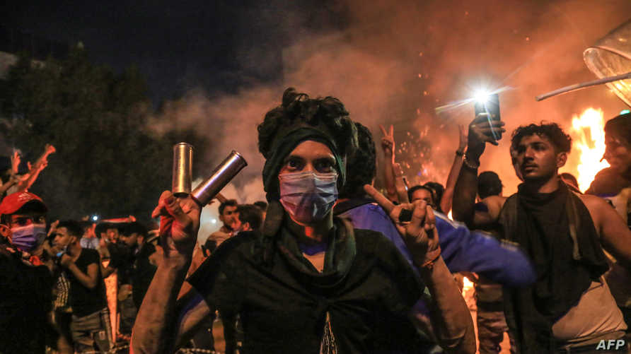 متظاهر في محافظة كربلاء في 28 أكتوبر 2019 يندد باستخدام العنف المفرط من قبل العناصر الأمنية ضد المحتجين