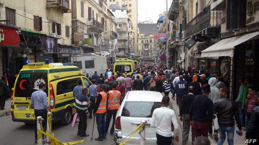 مصريون يتجمعون قرب كنيسة الإسكندرية التي تعرضت للتفجير