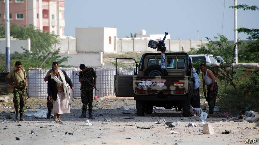 جنود يمنيون بعد تفجير انتحاري في مدينة المكلا جنوبي شرق البلاد
