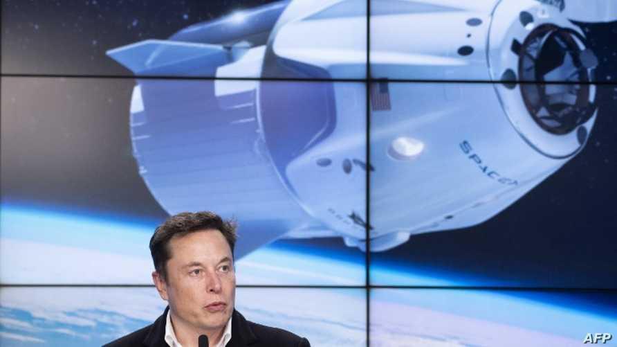 كبسولة الفضاء التابعة لسبايس إكس  ومالك الشركة إيلون ماسك