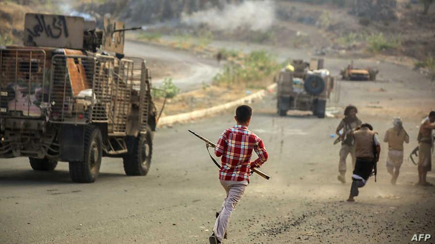 مسلحون مؤيدون لهادي خلال اشتباكات مع الحوثيين في تعز
