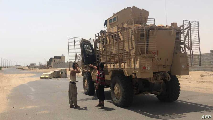 عربة تابعة للقوات الموالية للحكومة قرب مطار الحديدة