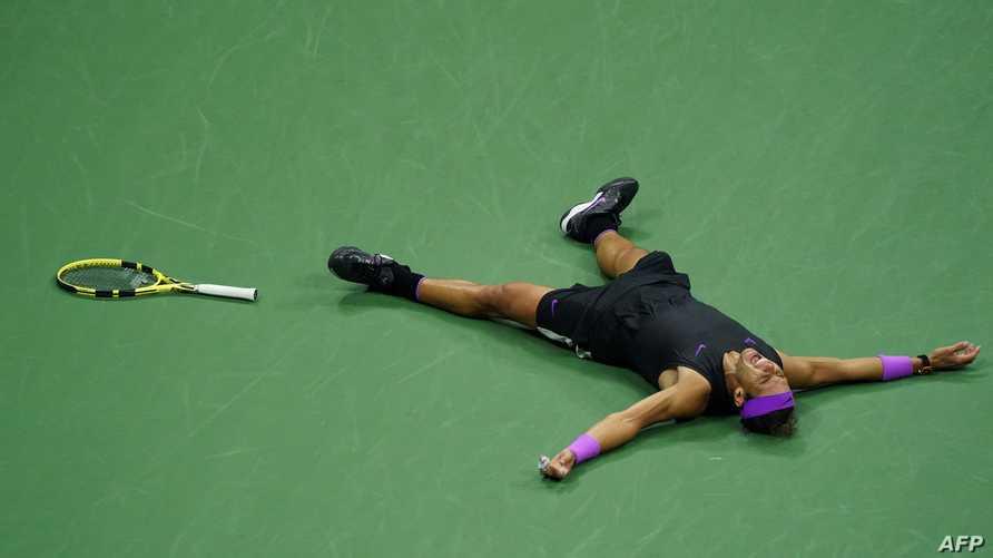 الإسباني رافاييل نادال يحتفل بفوزه على الروسي دانييل ميديفيديف في نهائي بطولة أميركا المفتوحة للتنس، الأحد