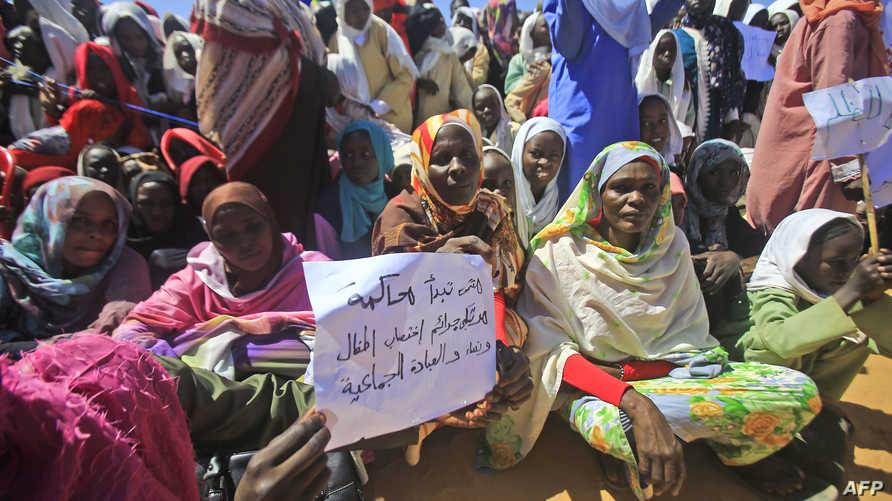 """سودانيون يطالبون بمحاكمة """"مجرمي"""" دارفور خلال استقبالهم لرئيس الحكومة السوداني عبد الله حمدوك في رافور في 4 نوفمبر 2019"""