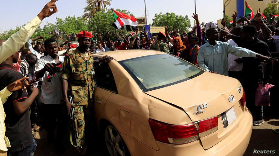 متظاهرون سودانيون خلال الاحتجاجات التي شهدها السودان