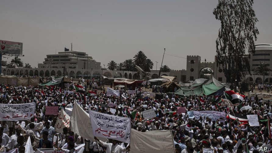 اعتصام السودانيين أمام القيادة العامة للجيش بوسط الخرطوم