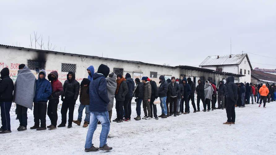 أطفال مهاجرون يعانون البرد القارس في بلغراد