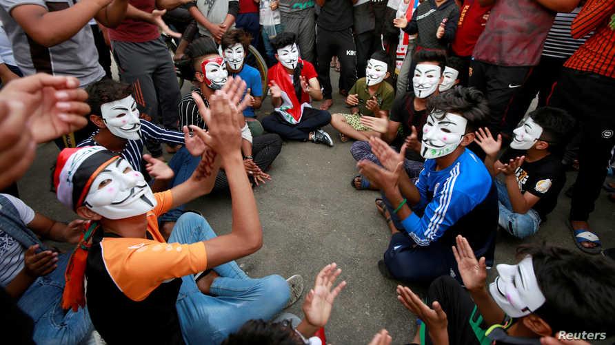 محتجون ضد الحكومة العراقية خلال مظاهرة في النجف