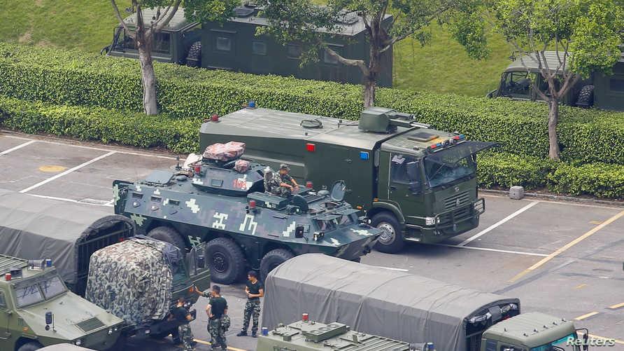 قوات صينية خارج ملعب خليج شينزن على حدود هونغ كونغ