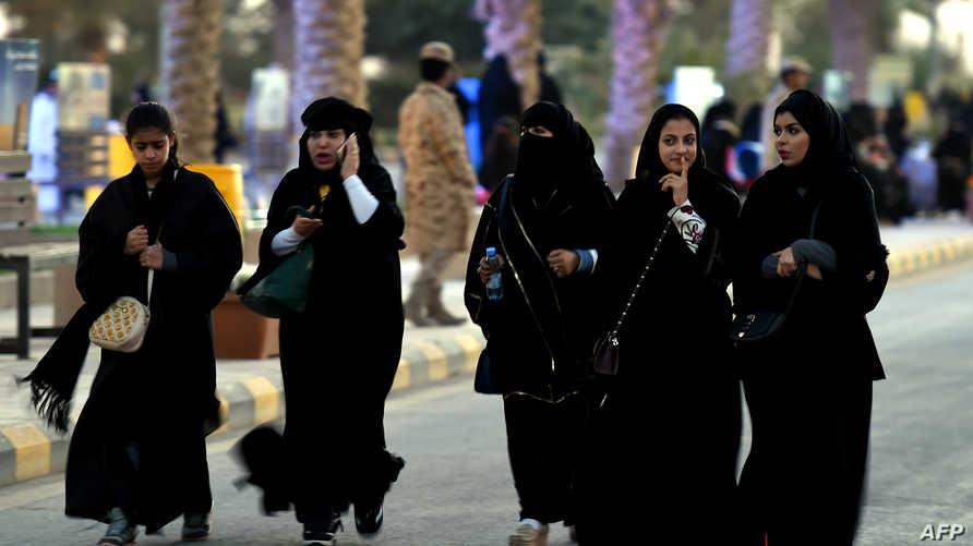 سعوديات يتمشين في الشارع