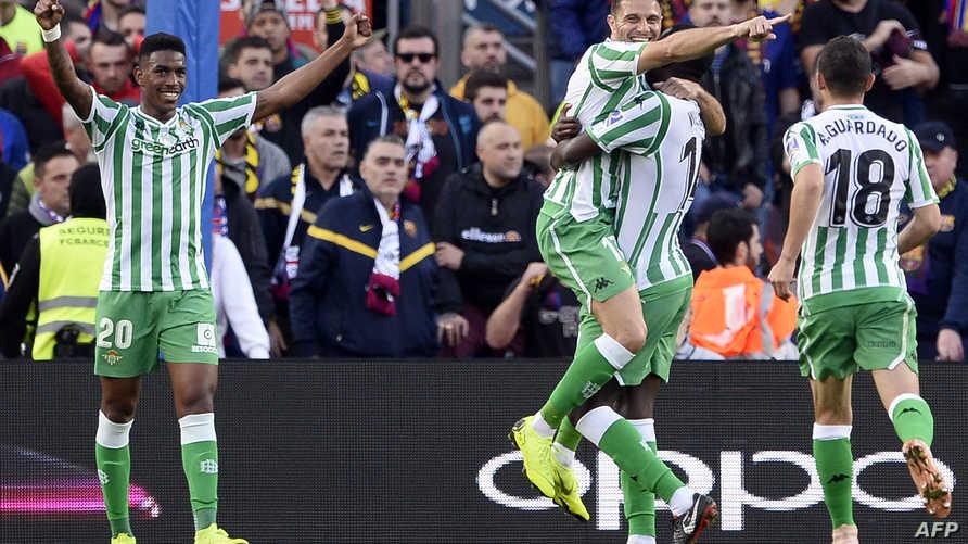 لاعبو بيتيس يحتفلون بستجيل هدف ضد برشلونة