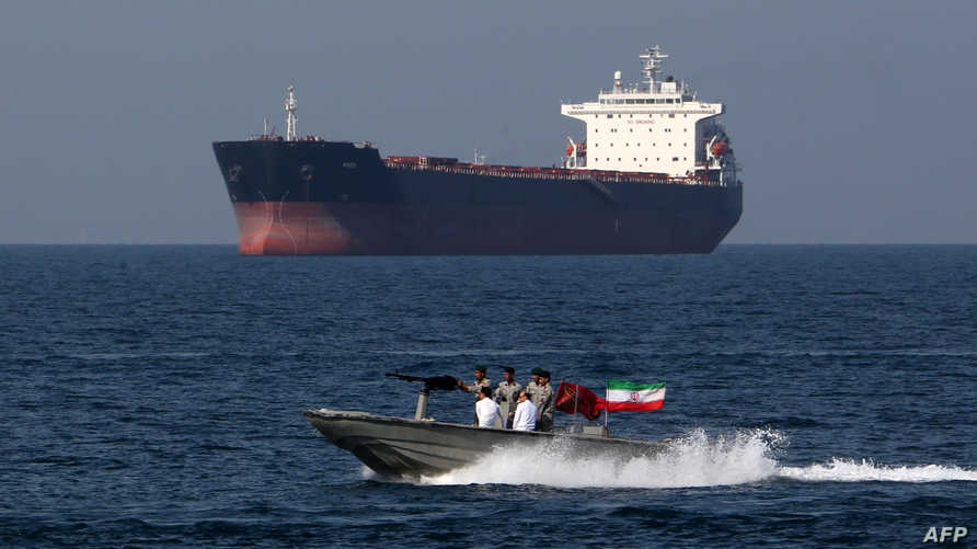 جنود إيرانيون في قارب قرب ناقلة في مضيق هرمز - أرشيف