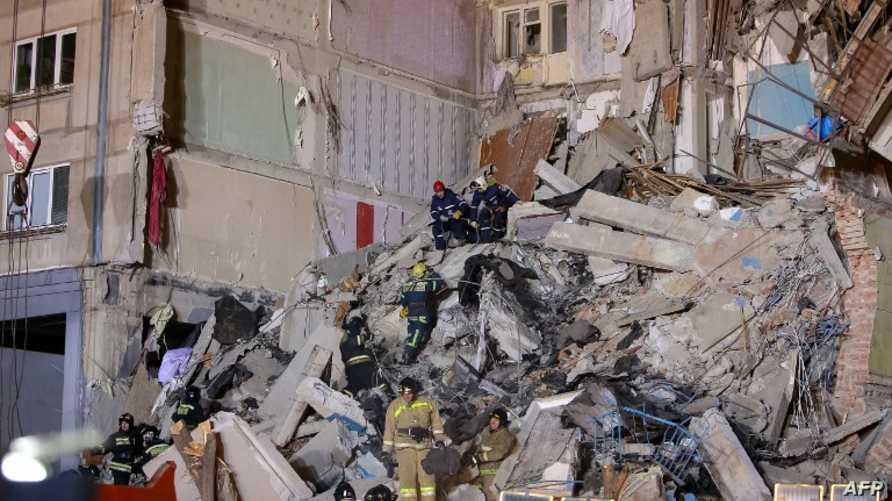 عمال الإنقاذ يبحثون بين الأنقاض