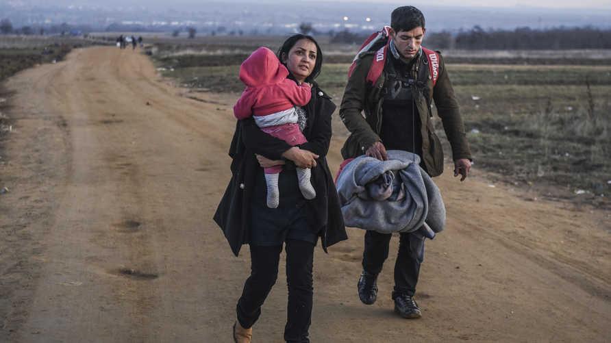 مهاجرون يسيرون على الأقدام لمحاولة الوصول إلى أوروبا الغربية- أرشيف