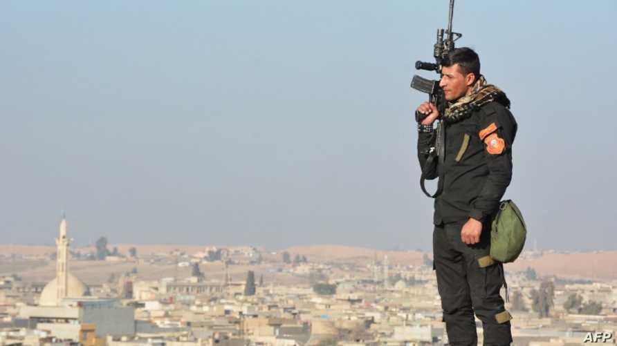 أحد أفراد القوات الأمنية العراقية بالموصل