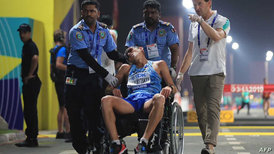 الرياضي الأوكراني ماريان زاكالنيتسكي بعدما سقط مغشيا عليه بسبب الحرارة