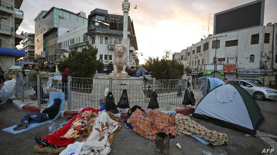 متظاهرون يبيتون ليلتهم في شوارع رام الله ضد قانون الضمان الاجتماعي الذي أقرته السلطة الفلسطينية
