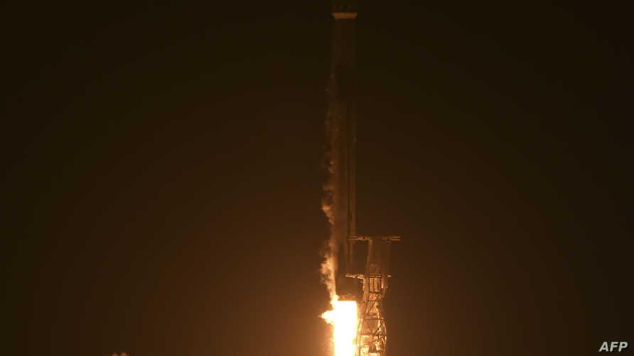 لحظة إطلاق سلاح الجو الأميركي صاروخا يحمل قمرا صناعيا