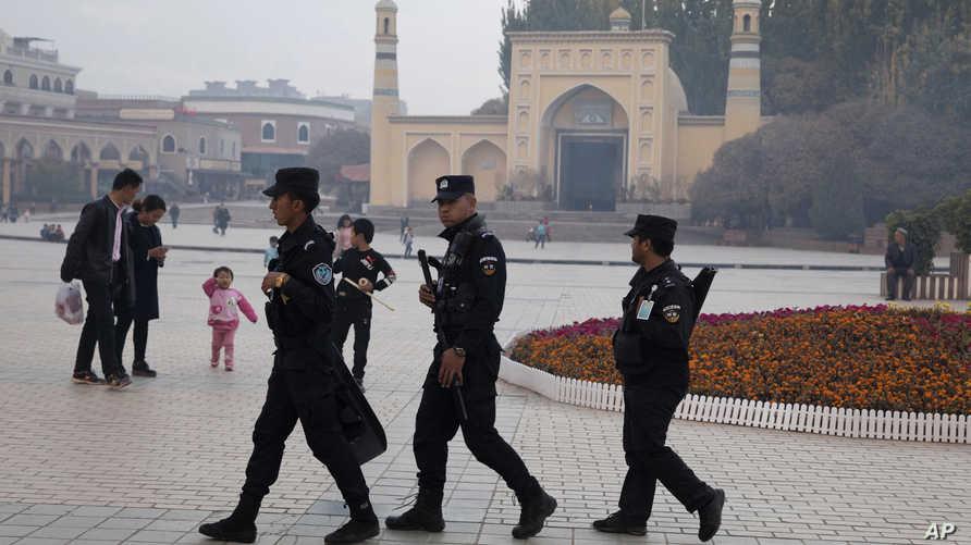 عناصر أمن صينيون أمام مسجد منطقة شينجيانغ