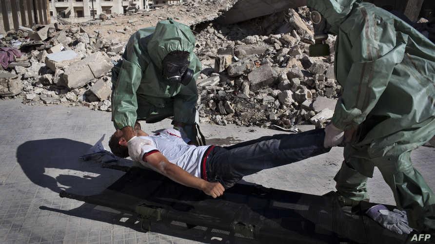 شباب سوريون  في حلب يتدربون على سبل مواجهة هجوم كيميائي محتمل