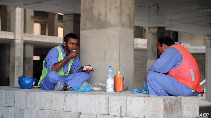 عمال بناء آسيويون في الدوحة- أرشيف
