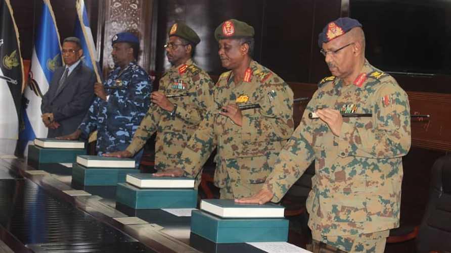 أعضاء المجلس العسكري يؤدون القسم
