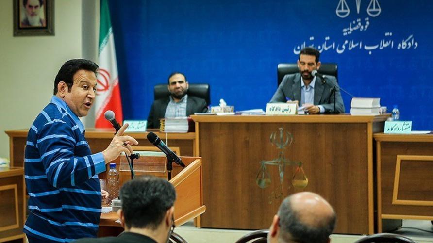 حسين هدايتي خلال جلسة المحاكمة