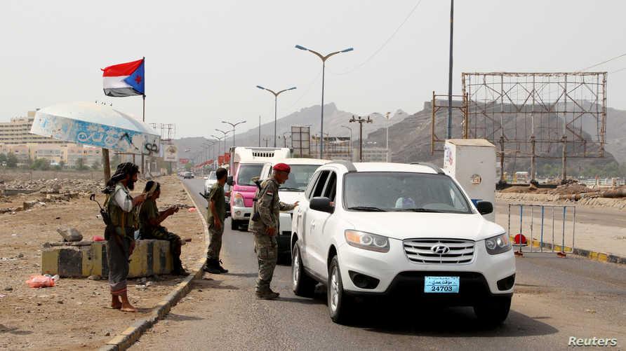 نقطة تفتيش أقامها مقاتلون تابعون للمجلس الانتقالي في عدن