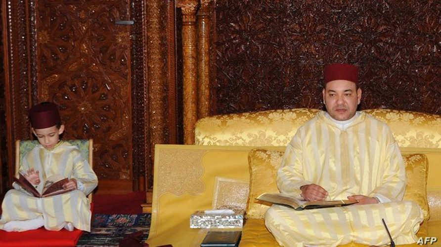 الملك محمد  السادس وعلى يمينه ولي العهد الحسن (أرشيف)