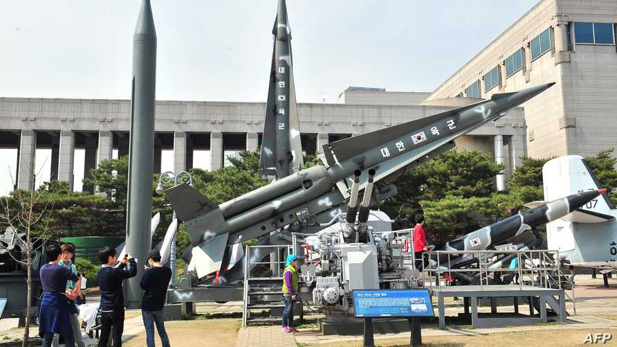 كوريون جنوبيون يزورون معرضا لصواريخ سكود قامت كوريا الشمالية بتجريبها