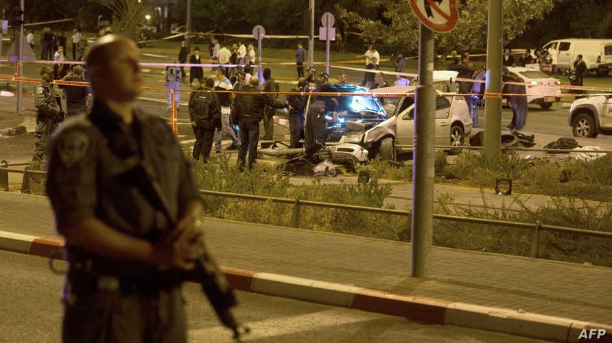 جندي إسرائيلي يقف بالقرب من موقع هجوم بسيارة في القدس
