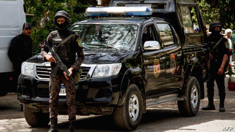 عنصران من الأمن المصري في القاهرة
